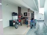 Casa mobiliada de esquina em oficinas
